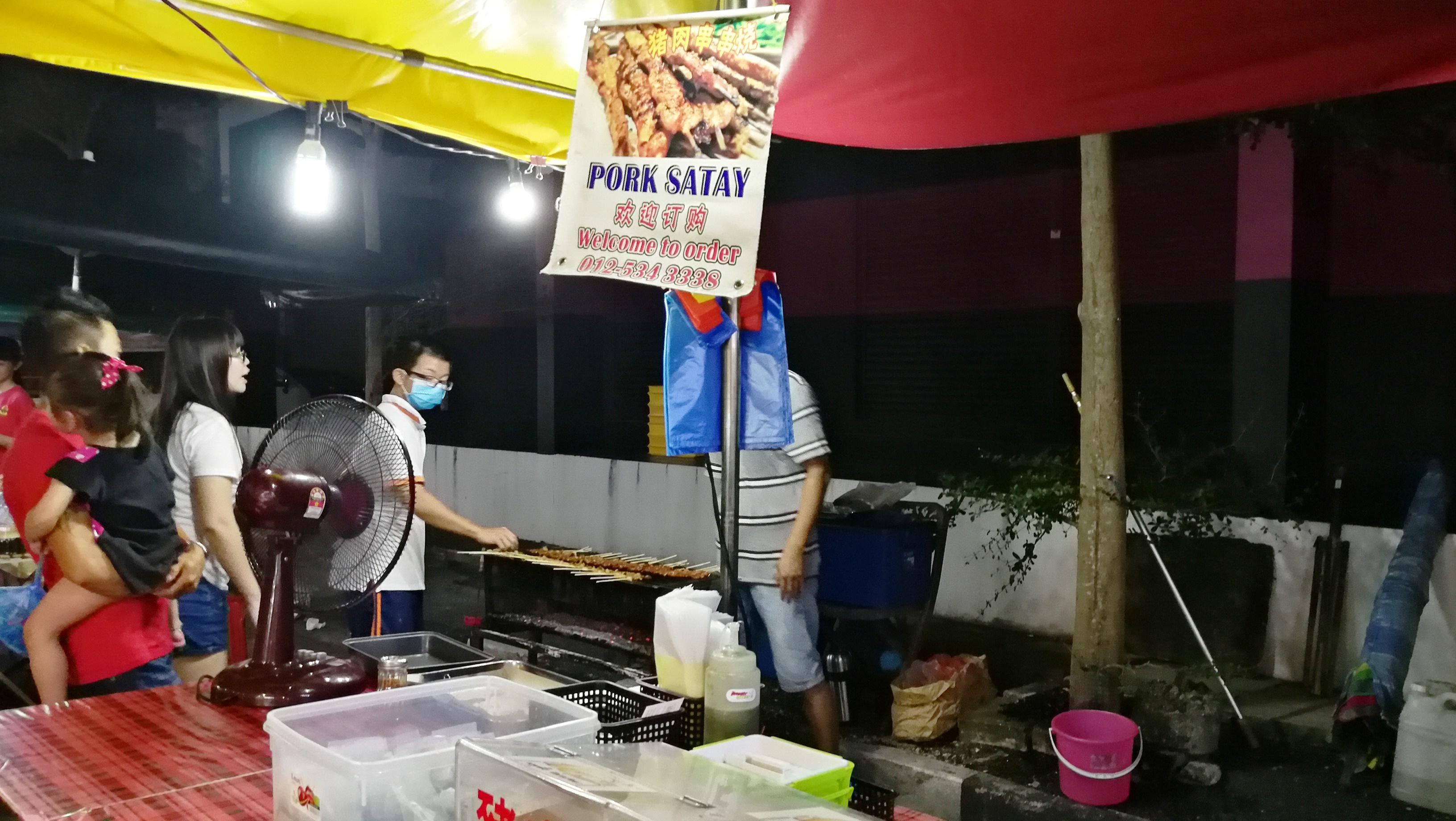 猪肉沙爹是逛夜市不容错过的小吃。-M中文网摄-