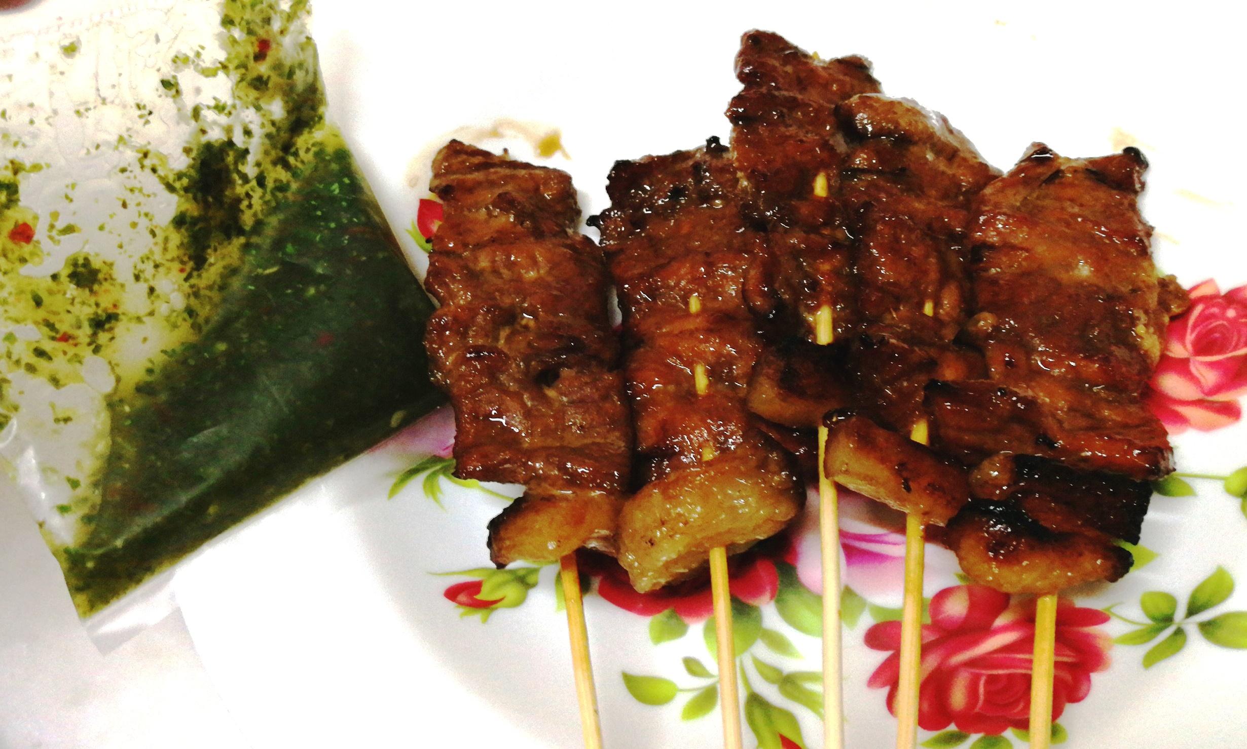 这档猪肉沙爹不止烤得金黄香脆,若淋上酸辣的特制青酱更能去油腻以及刺激你的味蕾。-M中文网摄-