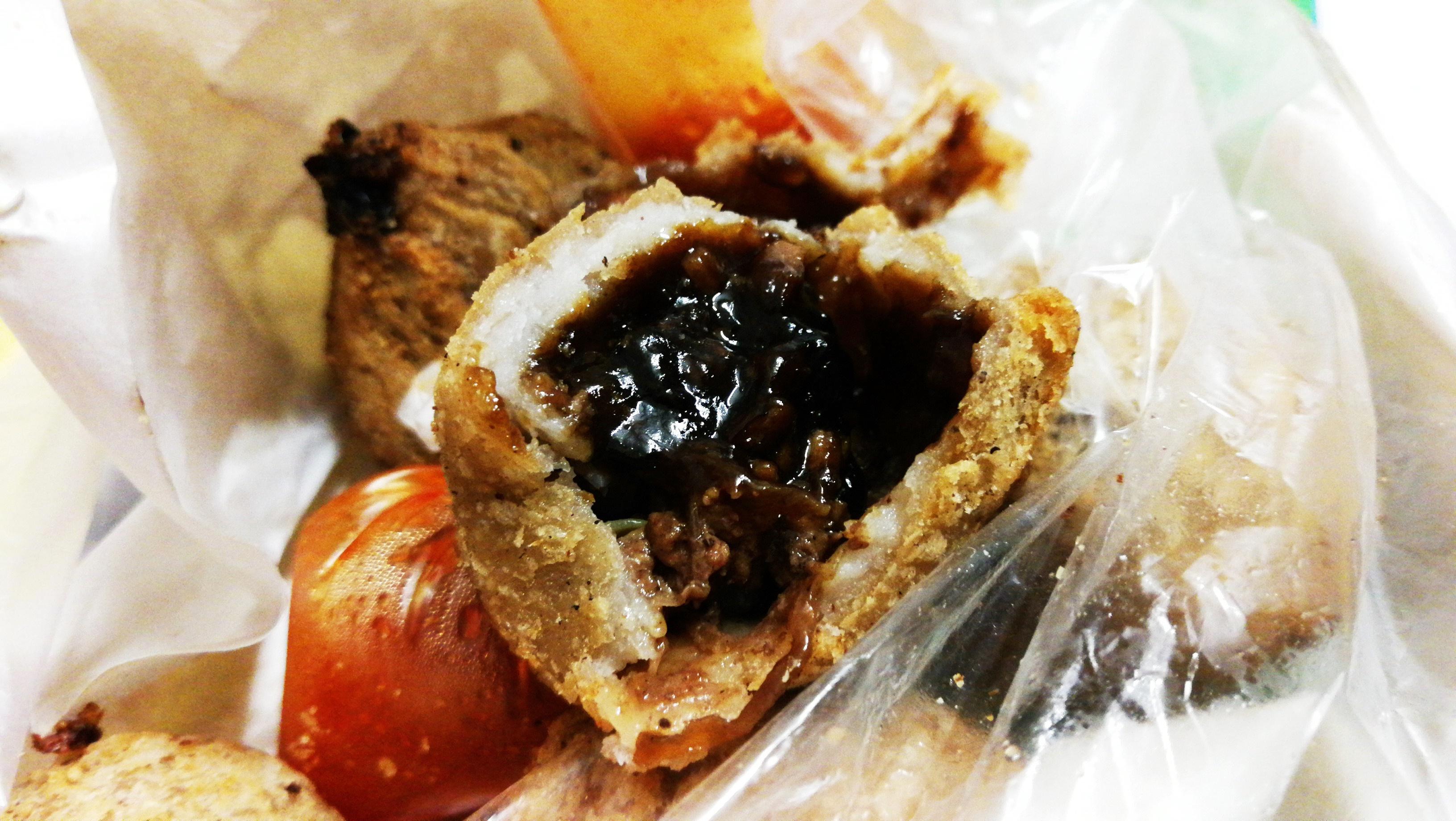 """饱满肉汁的馅料,加上外酥内厚的芋头""""皮"""",还有特制酱料,在嘴里化开的滋味。-M中文网摄-"""