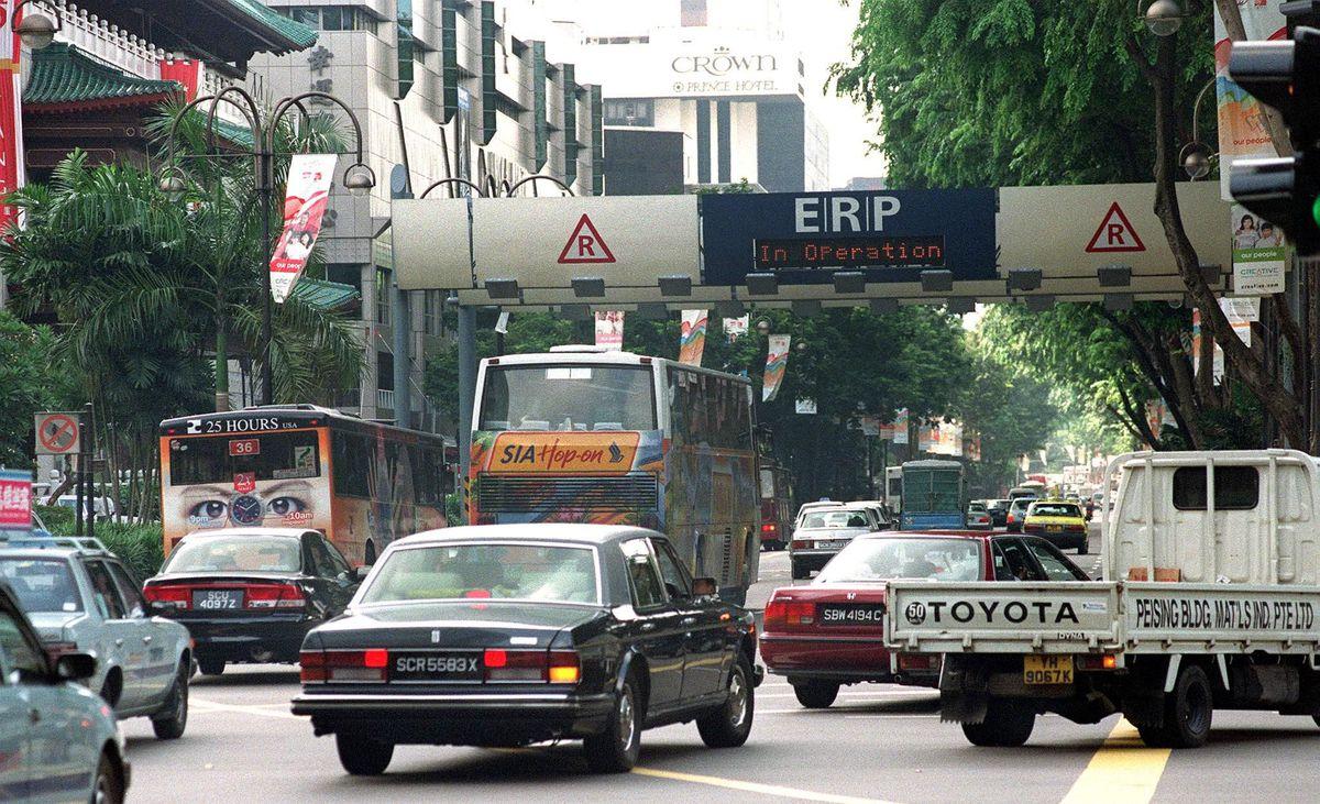 新加坡是全球第一个通过ERP(电子道路付费)系统来降低高峰时段交通拥挤的城市。-法新社-