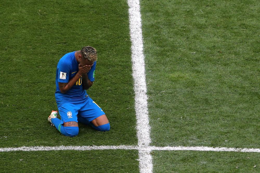 巴西球星内马尔赛后难掩激动情绪掩面哭泣。-路透社-