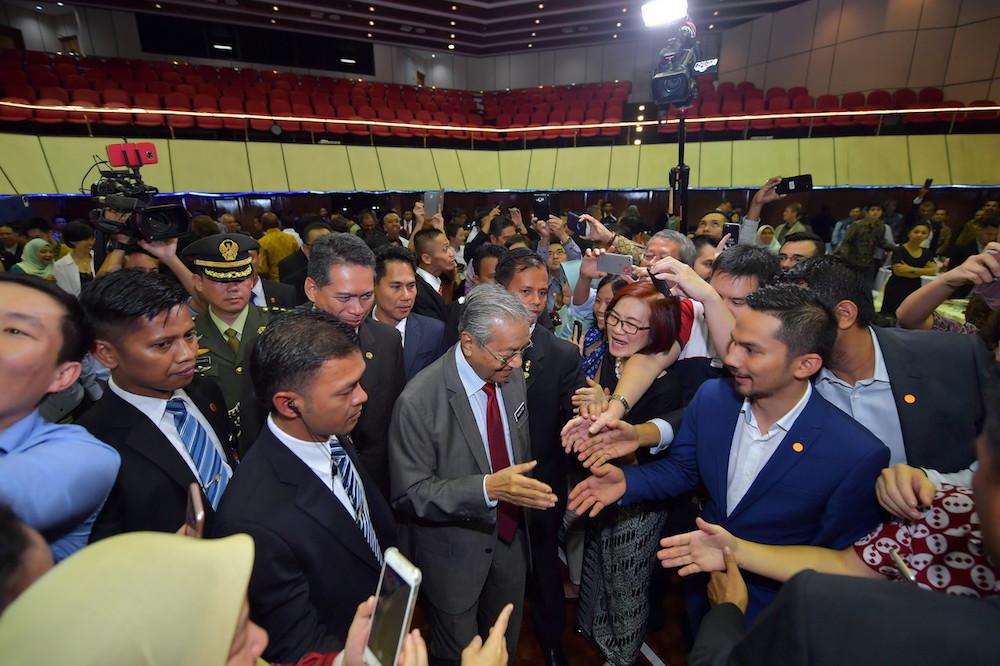 马哈迪官访印尼,并与当地的大马人见面。 -马新社-