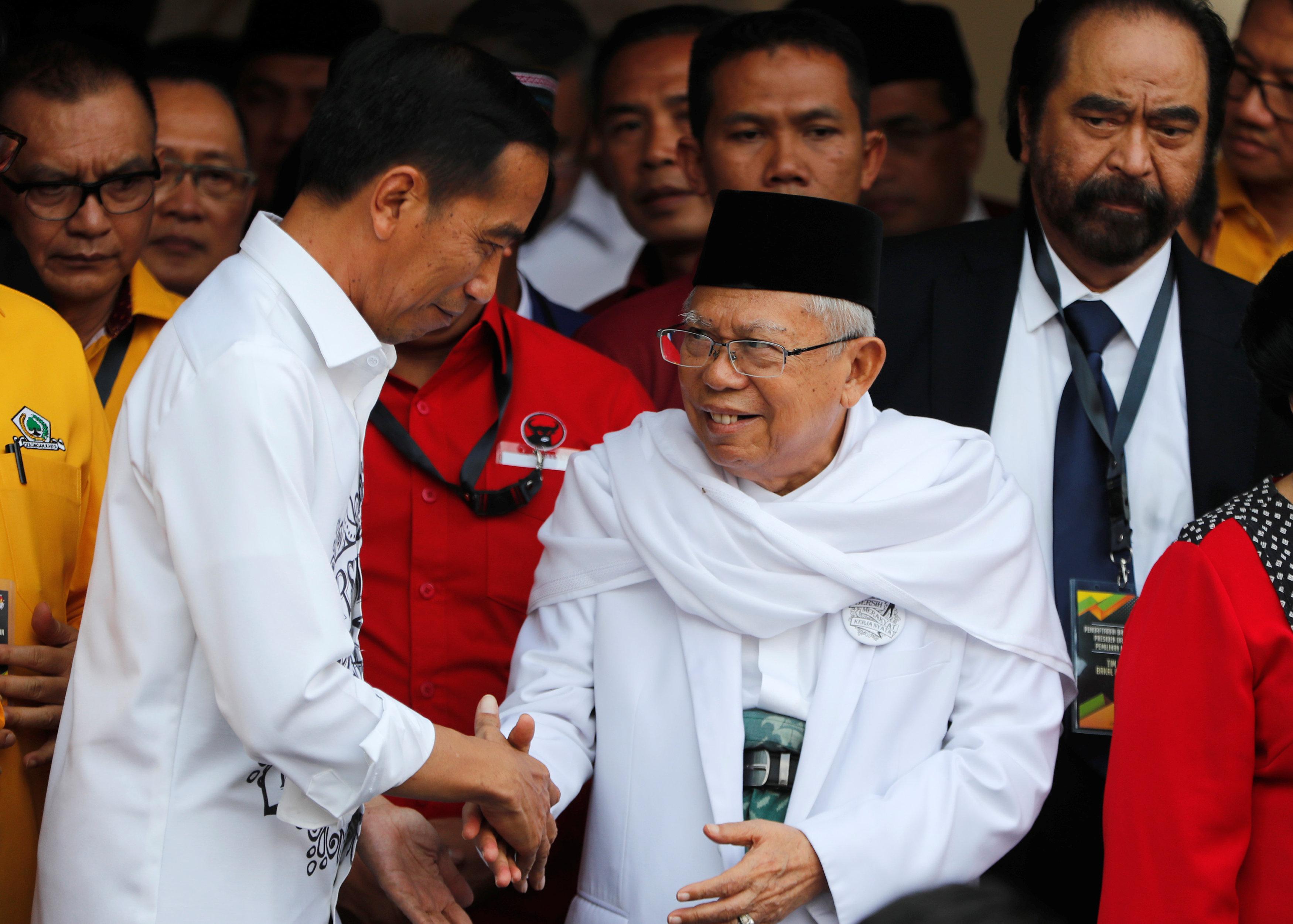 印尼总统佐科宣布伊斯兰教士理事会总主席马鲁夫(右)为他的副手竞选搭档。-路透社-