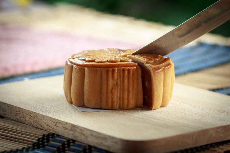 原來一塊月餅必須全家人分着吃,才有團圓美滿的寓意。